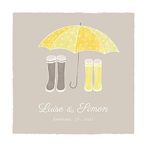 Hochzeitseinladungen unterwegs  paar regenschirm graubraun